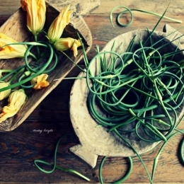 Цветы цуккини фри с дипом из ростков чеснока и барабулька с маринованными чесночными стрелками