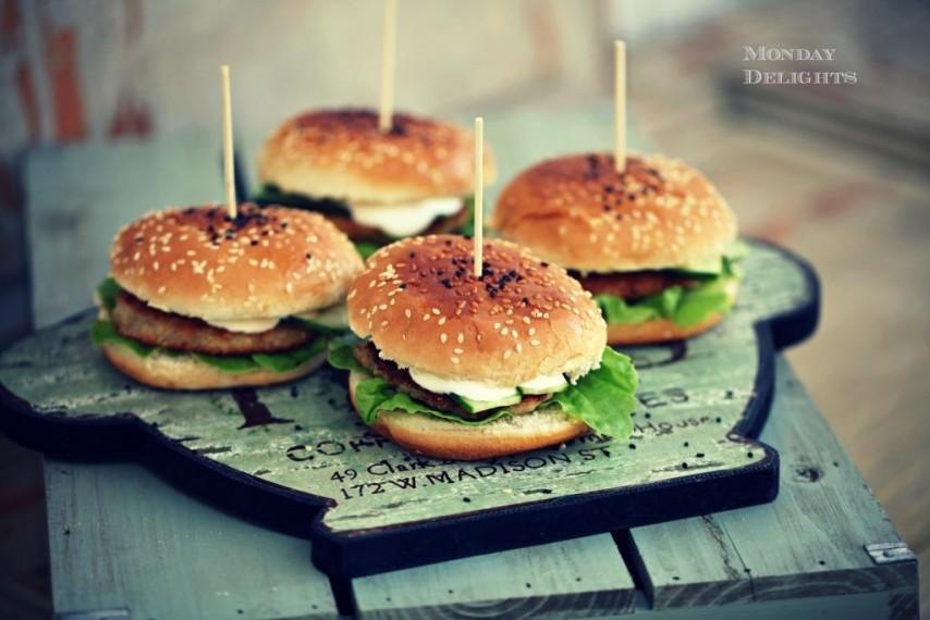 Вегетарианские бургеры из киноа с мятно-йогуртовым соусом