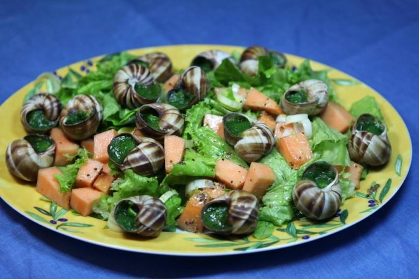 Салат с дыней и улитками