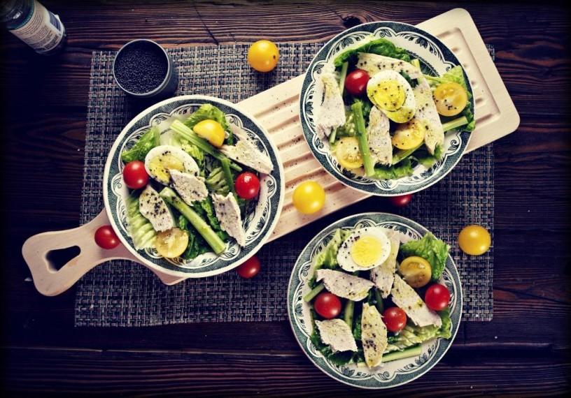 """Салат с индейкой из книги """"Домашняя кухня с травами и специями"""""""