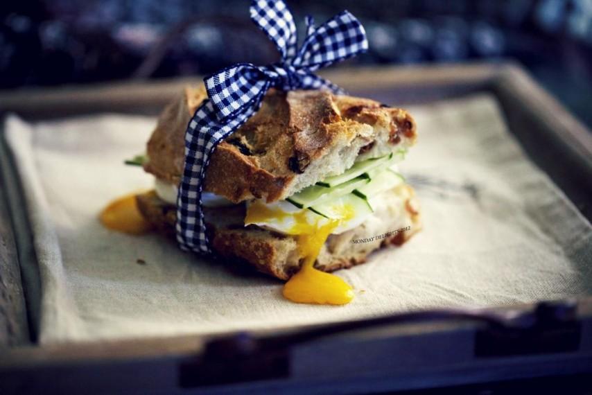 Сендвич с беконом и яйцом пашот