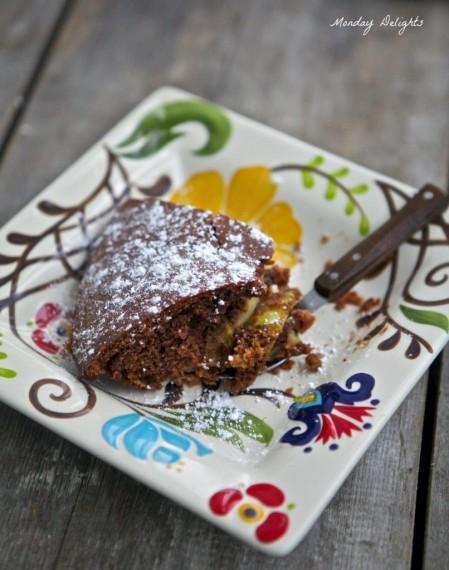 Шоколадная шарлотка с антоновкой, корицей и грецкими орехами