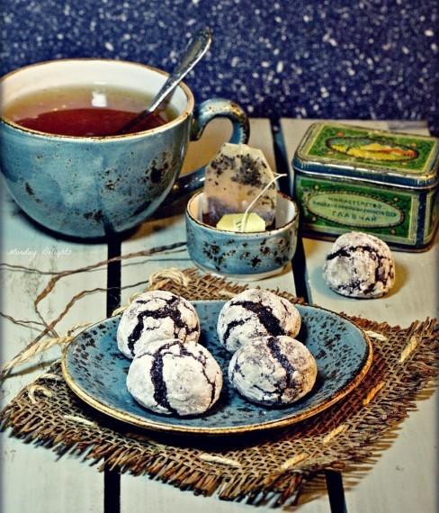 Шоколадное рождественское печенье с трещинками