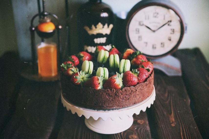 Торт с муссом из горького шоколада с ягодами